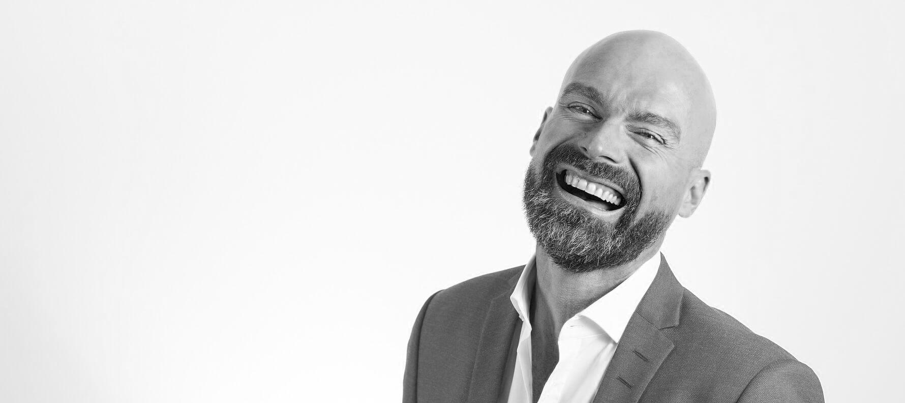 homme avec sourire éclatant