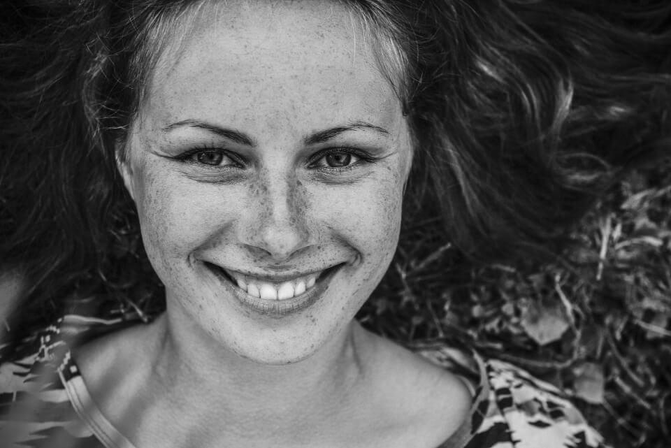 fille rousse avec beau sourire et belles dents